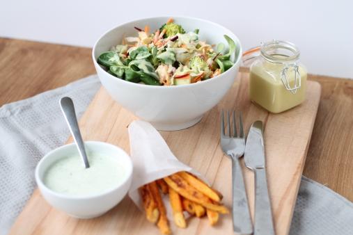 Salade met broccoli, dressing en zoete aardappel friet